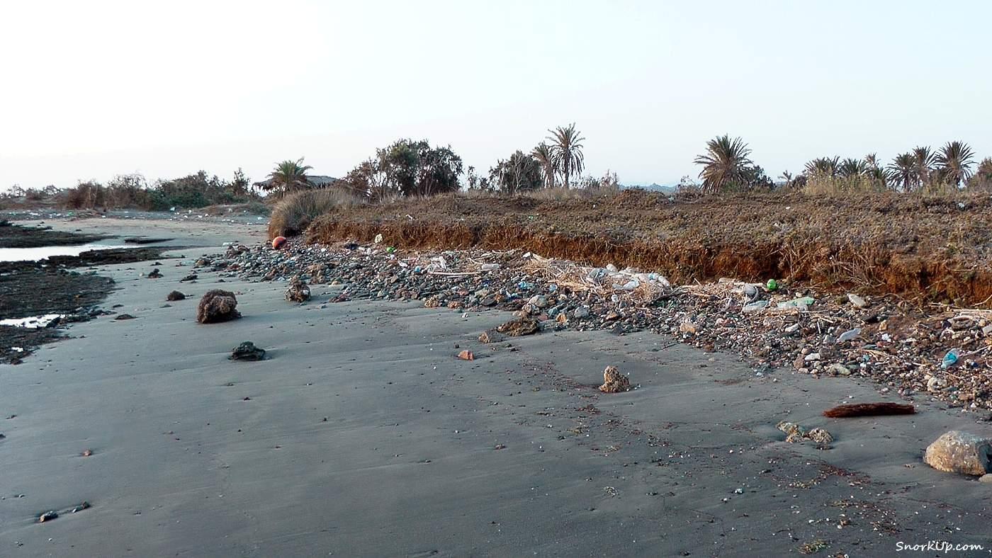 Оазис вдалеке и мусор на берегу